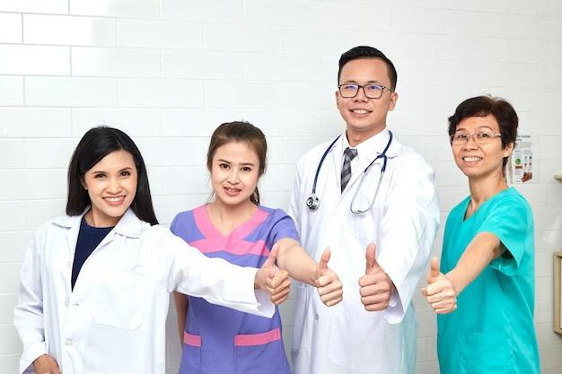 Riunione del gruppo medico e infermiera in hopital