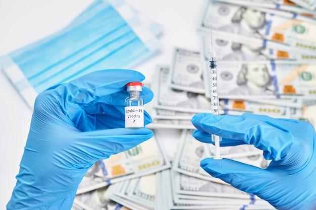 Dottore, infermiera, scienziato, ricercatore mano in guanti blu che tengono coronavirus, malattia da vaccino covid-19 che si prepara per il vaccino per studi clinici umani, concetto di medicina e farmaco.