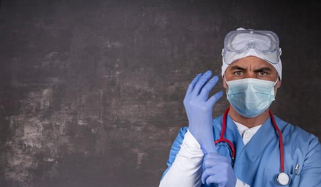 Medico o infermiere che indossa maschera protettiva e guanti in lattice