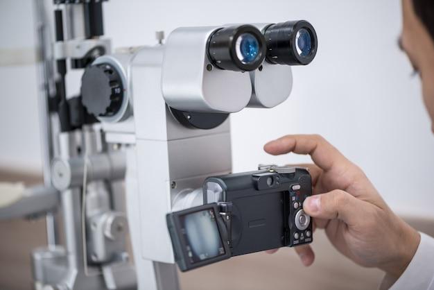 Medico oculista al lavoro. apparecchiature oftalmologiche diagnostiche. concetto di medicina