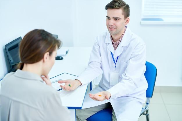 Dottore offrendo pillole