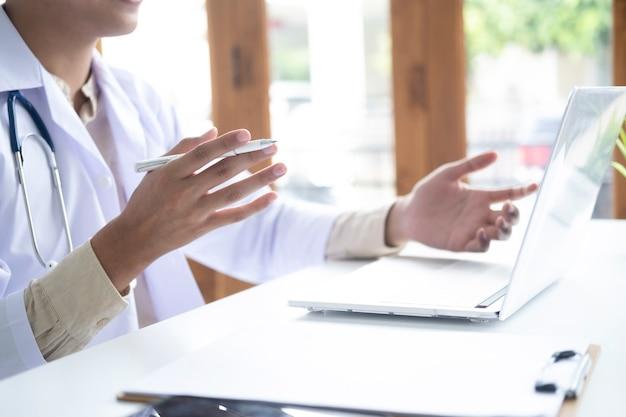 Medico online, rete di comunicazione medica online con il paziente, consultazione medica online.