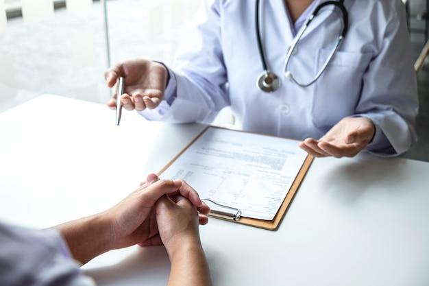 Il medico e il paziente stanno discutendo la consultazione sui sintomi