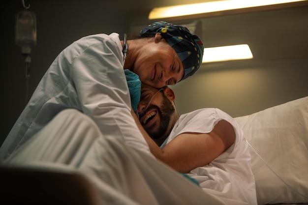 Dottore e paziente festeggiano la buona notizia
