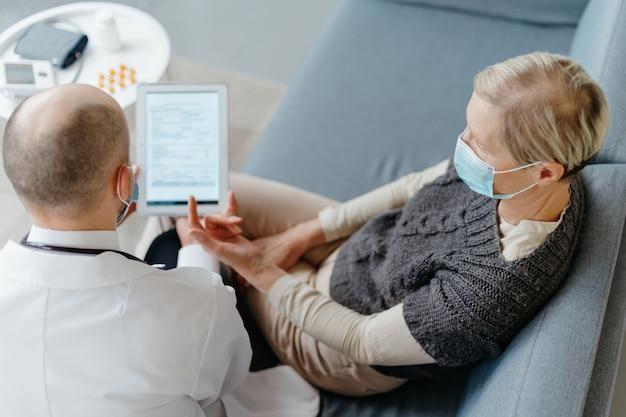 Medico e paziente che discutono i termini dell'assicurazione sanitaria