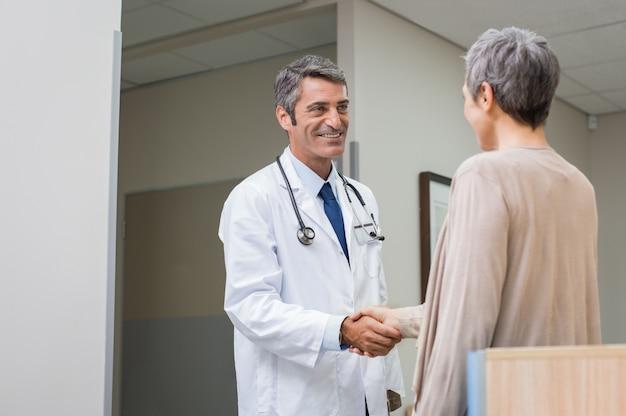 Stretta di mano paziente medico