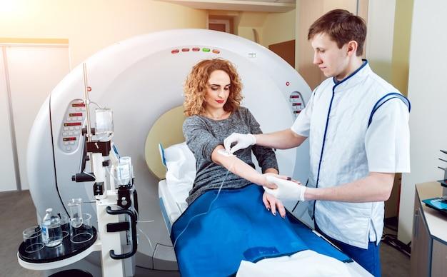 . medico e paziente nella stanza della tomografia computerizzata