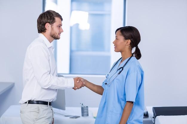 Medico e paziente si stringono la mano