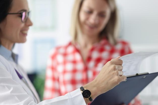 Risultati dell'esame medico e paziente. concep di esame medico