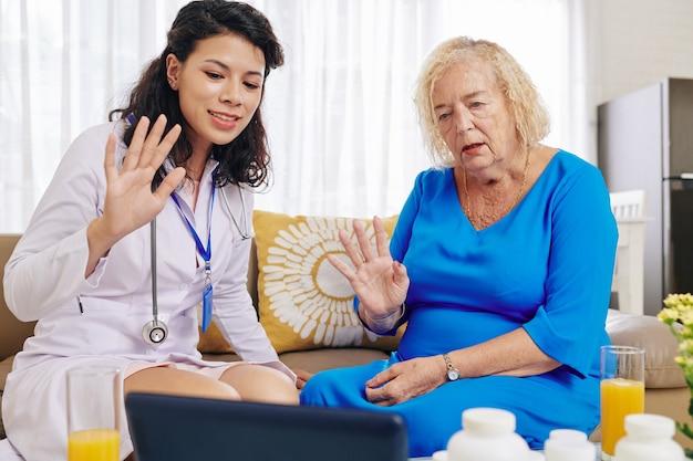 Cardiologo di videochiamata medico e paziente
