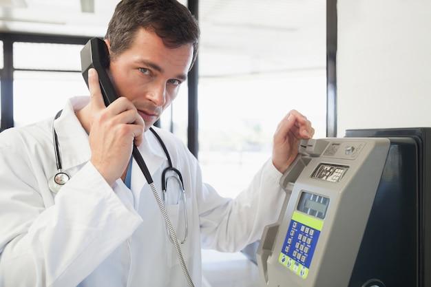 Dottore telefonando in ospedale