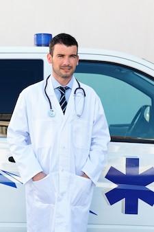 Medico in posa vicino a un'ambulanza