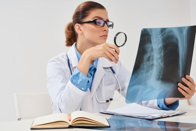 Diagnosi dell'ospedale di ricerca dei raggi x del medico radiologo