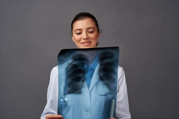 Medico radiologo professionista di ricerca a raggi x