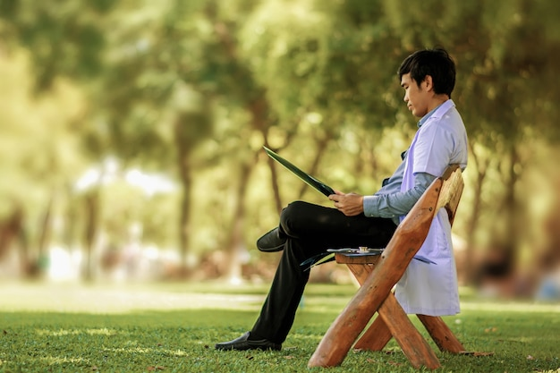 Il dottore si è riposato nel parco. e guarda il film a raggi x.