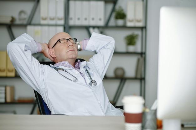 Dottore a riposo dopo il duro lavoro