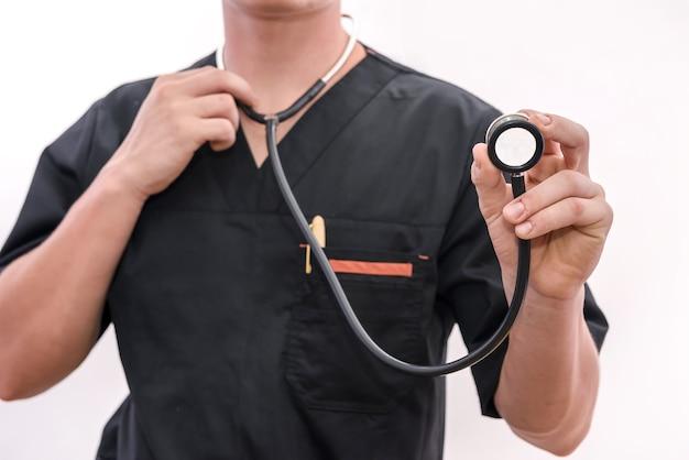 Le mani del medico con lo stetoscopio si chiudono. operatore medico che offre aiuto