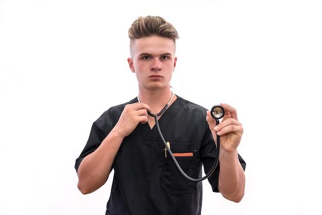 Le mani del medico con lo stetoscopio si chiudono. operaio medico che offre aiuto
