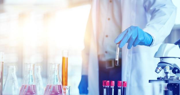 Medico, scienziato, ricercatore attualmente studia e analizza campioni di sangue