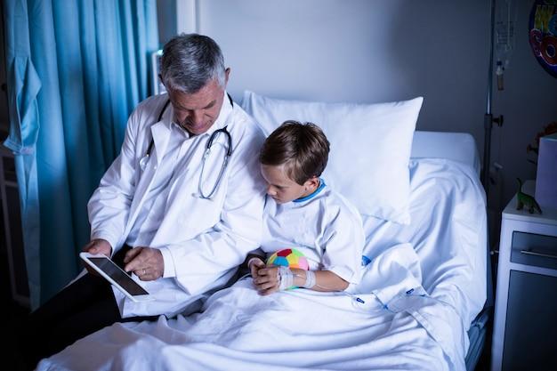 Aggiusti la mostra della perizia medica in compressa digitale al paziente