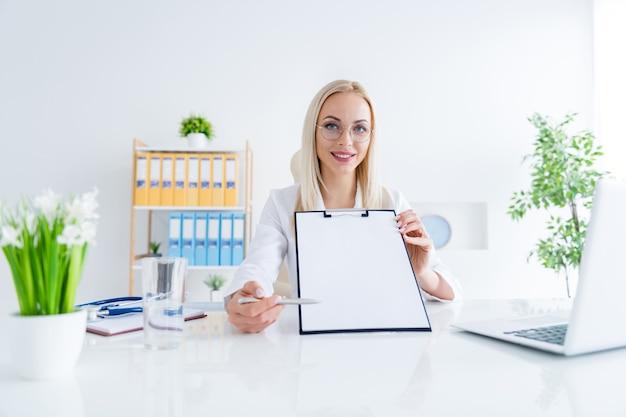 Medico che mostra posto firma contratto