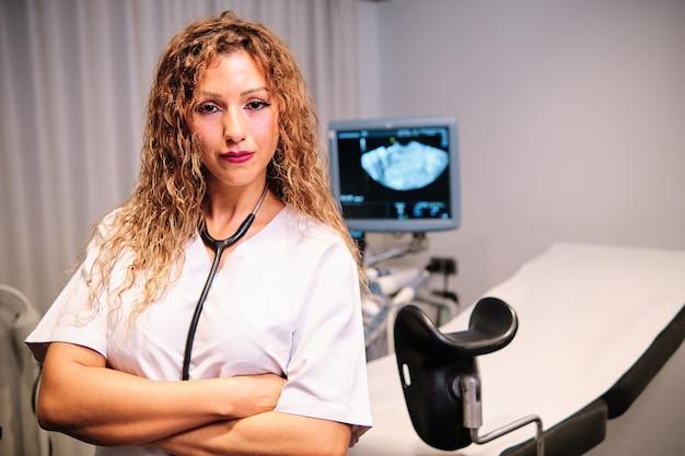 Un medico specializzato in consulenza ginecologica