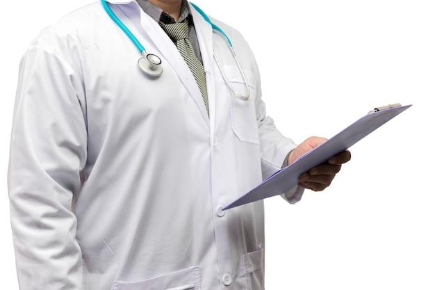 Medico in piedi con lo stetoscopio e tenendo il grafico diagnosticare isolato su sfondo bianco.