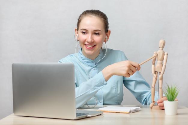 Il dottorando sta sostenendo gli esami online mostrando le risposte su un manichino.