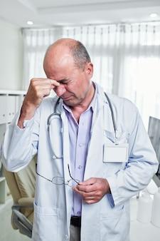 Medico che soffre di mal di testa