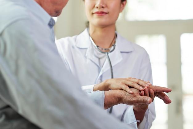 Medico che supporta il paziente