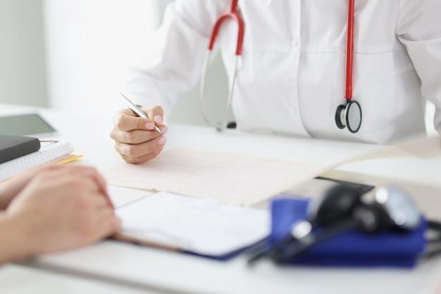 Il medico si prende cura del paziente e inserisce le registrazioni nella cartella clinica