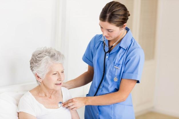 Falsifichi la cura del paziente senior di sofferenza a casa