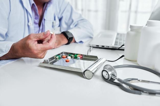Medico che cattura compressa