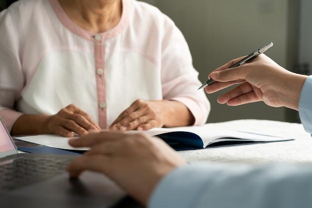 Medico che parla con il primo piano delle mani del paziente. diagnostica, prevenzione delle malattie delle donne, assistenza sanitaria, servizio medico e consulenza