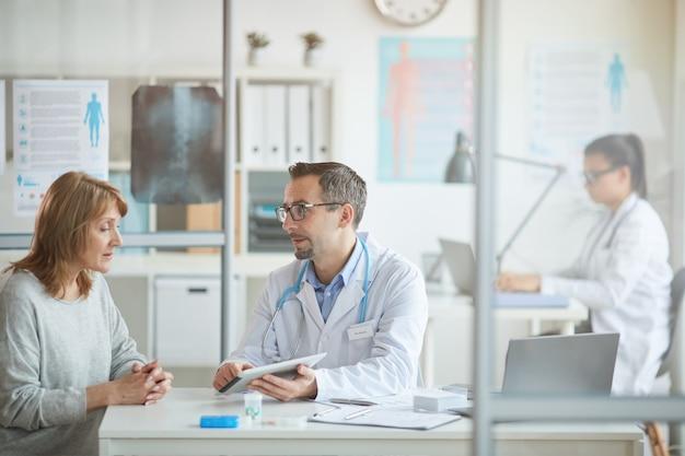 Medico che parla con il paziente in ufficio