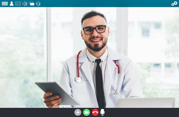 Medico che parla in videochiamata per la telemedicina e il servizio di telemedicina