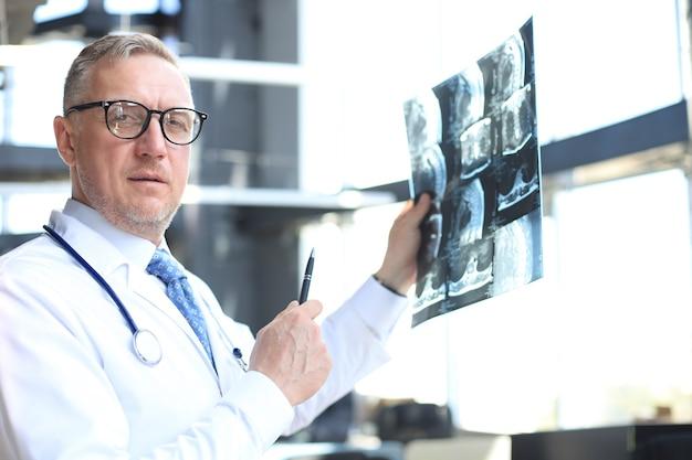 Terapista medico guardando da vicino i raggi x.