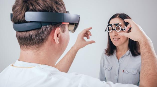 Il dottore usa occhiali per realtà aumentata in oftalmologia.