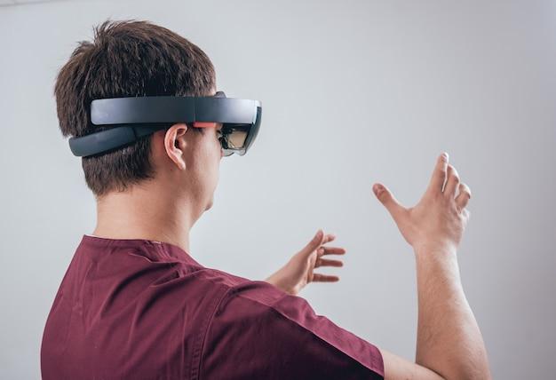 Il medico usa occhiali per realtà aumentata. tecnologia moderna.