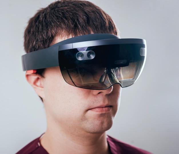 Il medico usa occhiali per realtà aumentata.