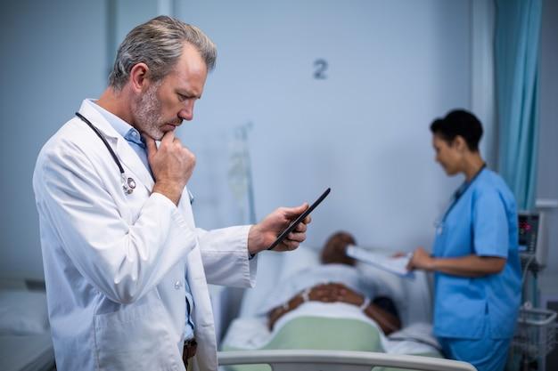 Medico che utilizza compressa digitale nel reparto