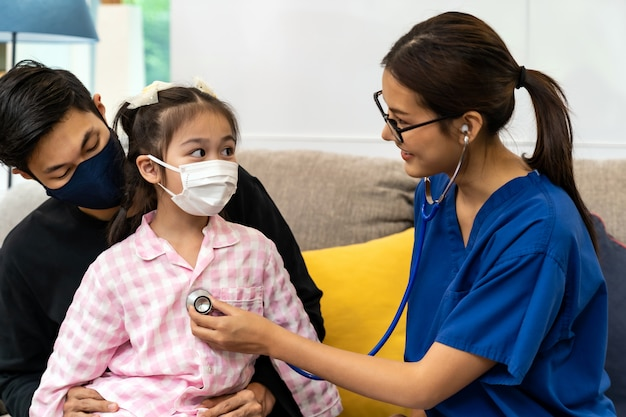 Medico che visita un bambino a casa durante la pandemia