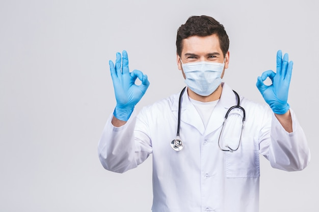Doctor wearing gloves and medical mask. concetto medico corona virus. segno ok. Foto Premium