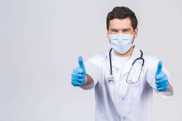 Doctor wearing gloves and medical mask. concetto medico corona virus. pollice su. Foto Premium