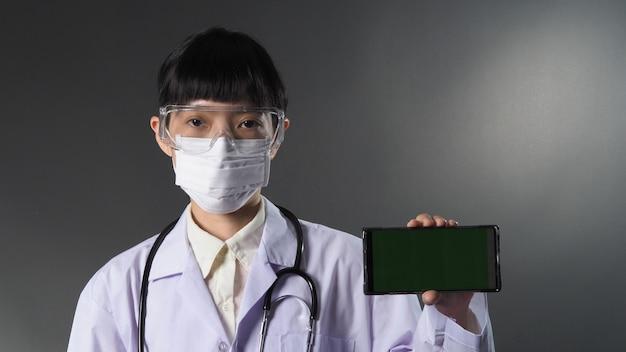 Medico che indossa una maschera medica e occhiali o occhiali trasparenti e stetoscopio sul collo e bianco
