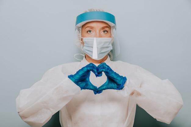 Medico che indossa tuta protettiva e maschera facciale per combattere il covid19