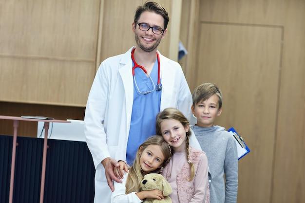 Dottore che accoglie i bambini in clinica