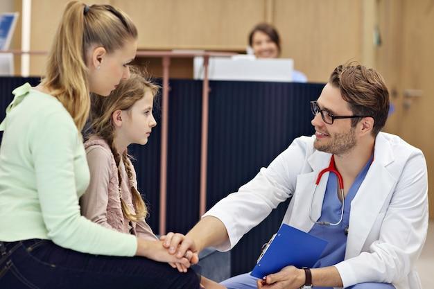 Dottore che accoglie madre e figlia in clinica