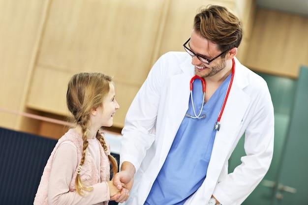 Dottore che accoglie un ragazzo in clinica