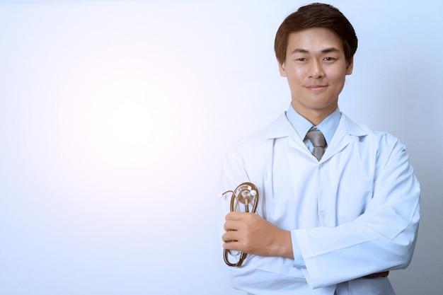 Medico su sfondo bianco